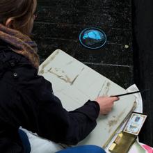 <p>Yvette Kießling bei der Arbeit an der Griffelkunst-Edition</p>