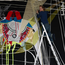 <p>Ruth May beim Aufbau der Ausstellung im Kunstraum Seilerstraße, Herbst 2011 ©griffelkunst</p>