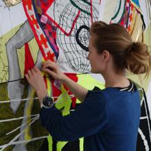 <p>Ruth May beim Aufbau der Ausstellung im Kunstraum Seilerstraße, Herbst 2011</p>