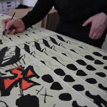 <p>Jonathan Meese signiert in der Seilerstraße, Hamburg ©griffelkunst</p>