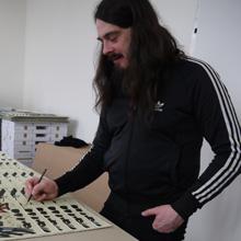 <p>Jonathan Meese signiert in der Seilerstraße, Hamburg</p>