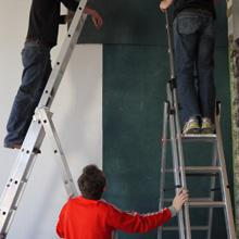 """<p>Aufbau Installation Thorsten Brinkmann """"Ernie & Se King"""", Kunstraum Seilerstraße 2011 ©griffelkunst</p>"""