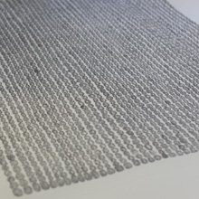 <p>Prof. Hanns Schimansky und Studierende bei der Betrachtung von Graphiken an der Kunsthochschule Berlin-Weißensee</p>