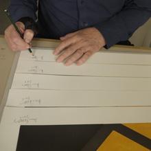 <p>David Tremlett signiert in der Seilerstraße ©griffelkunst</p>