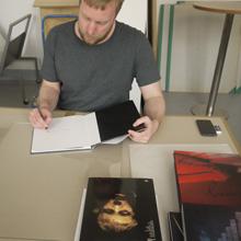 <p>Tobias Zielony signiert in der Seilerstraße</p>