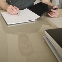 <p>Tobias Zielony signiert in der Seilerstraße ©griffelkunst</p>